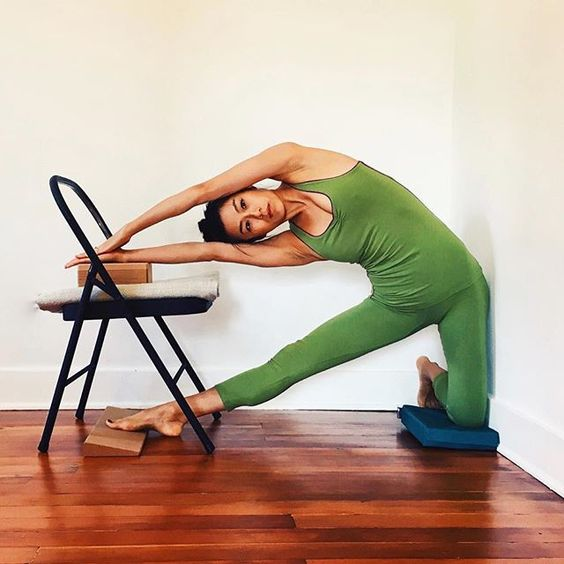 Feelings chairs and the o 39 jays on pinterest for Chaise yoga iyengar