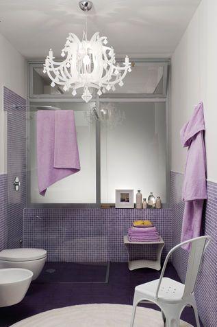 Mi piace tutto di questo bagno: il colore, la doccia a pavimento, le piastrelle mosaico, il lampadario!!
