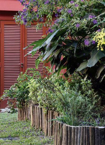 Cercada por tronquinhos, a horta sempre oferece ervas frescas: manjericão, tomilho, melissa e sálvia.