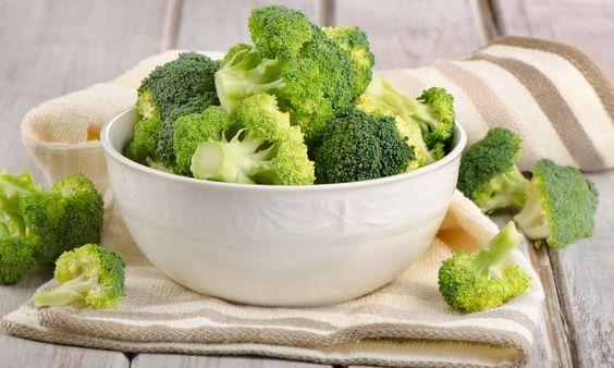 Брокколивходит во многие рейтинги полезных продуктов, блюда из нее вкусны и питательны, но, несмотря на это, найдется не так много людей, которые признаются в любви к брокколи. А ведь капуста – кладезь полезных веществ: клетчатки, антиоксидантов, растительного железа, витаминов А, С, К, группы В. Она повышает иммунитет, укрепляет суставы, предупреждает онкологию. Последние исследования показывают, что […]
