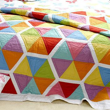Love the multicolor triangles forming a hexigon. Will have to figure out the sashing.