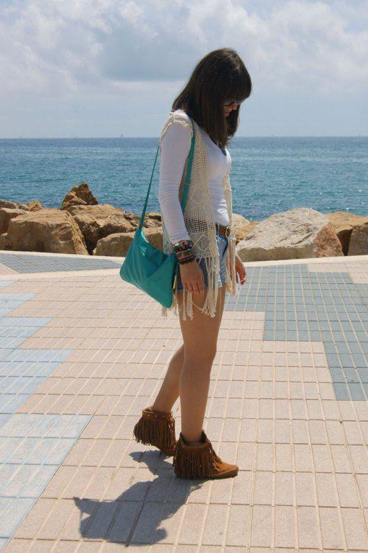 Outfit con botines de flecos de Drastik