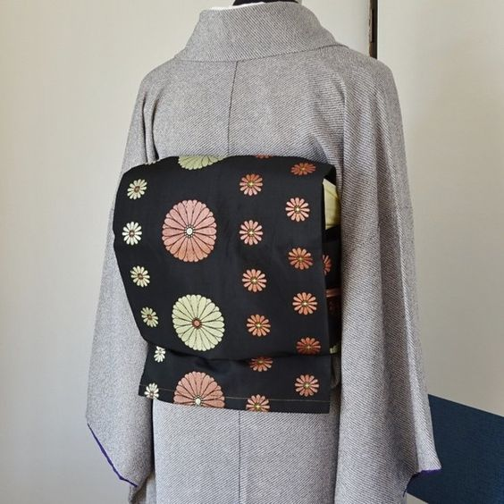 黒色の九寸名古屋帯(リサイクル品、正絹)を造り帯にしました。黒色に可愛い大小の菊の花模様が並んだ可憐な印象の九寸名古屋帯です。多少の使用感が見られる軽い帯です...|ハンドメイド、手作り、手仕事品の通販・販売・購入ならCreema。