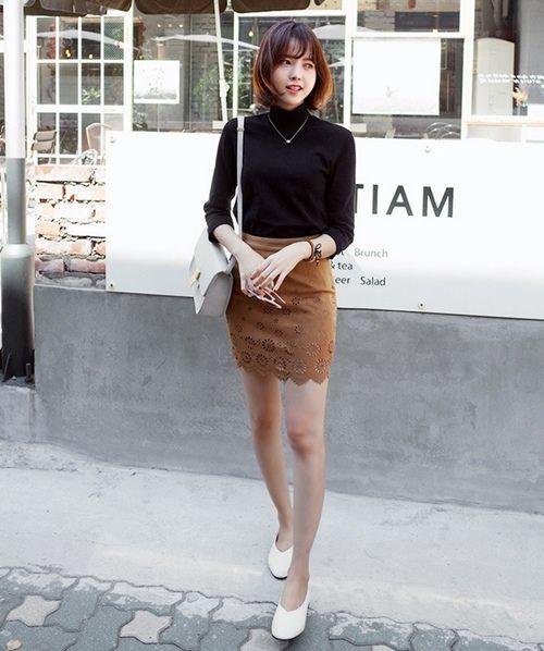 Áo màu đen cùng chân váy nâu mang đến một vẻ đẹp mới lạ và hấp dẫn.