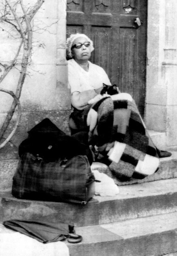 Josephine baker at the steps of her chateau des milandes for Josephine baker pool