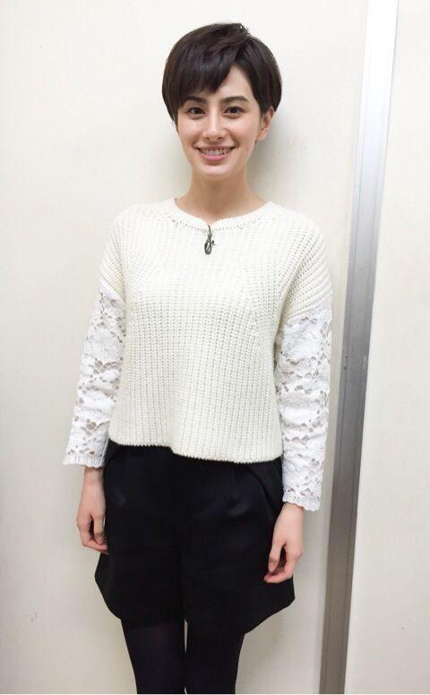 シンプルな服装のホラン千秋