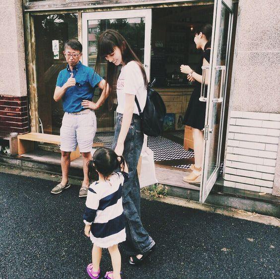 子供と手をつないで歩く鈴木えみ