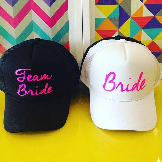 Sexta!!!  Bonés escritos em rosa para as despedidas do final de semana  #sexta #friday #bonepme #teambride #bride #casamento #boné #despedida #bachelorette