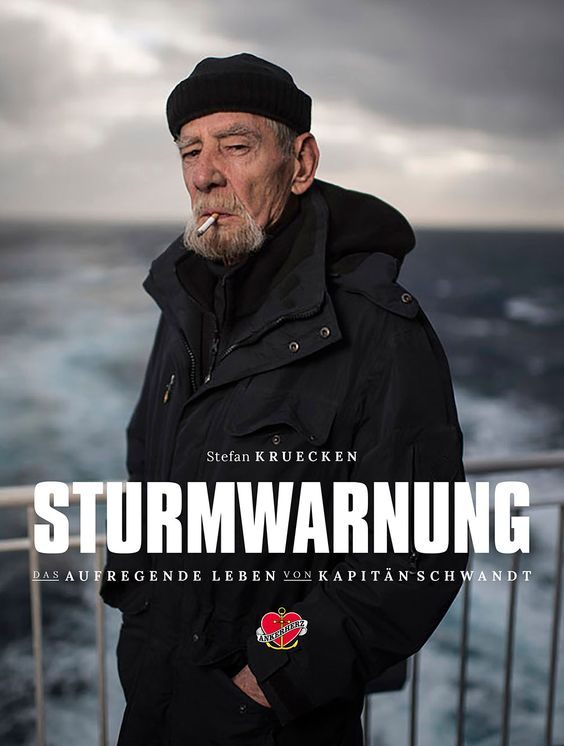 Kapitän Schwandt bekommt eine Mail von einem jungen Seemann. Sie macht ihn erst fassungslos, dann wütend. Über den Geiz der deutschen Reeder.