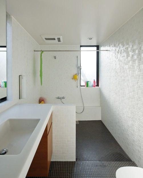 が一体化した欧米スタイルのバスルーム モノトーン調のモザイクタイル