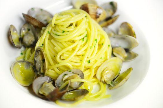"""Buona parte delle mie trasferte votate alla gozzoviglia scellerata inizia con un sms dell'amico Zairo: """"Oh maaa, un grande spaghetto e vongole?"""", dove """"grande"""" è solitamente seguito da un preciso avvicendamento di pietanze cult (una grande pizza/carnazza/cuoppo di pesce/dolce in Costiera Amalfitana). Dicevamo, spaghetti con le vongole, o alle vongole, oppure a vongole, aka il piatto delle feste che mi piace di più. E' la Vigilia di Natale, va in scena lo spettacolo che si replica puntuale…"""