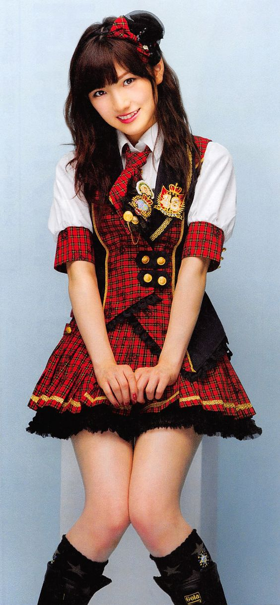 赤チェック衣装の岡田奈々
