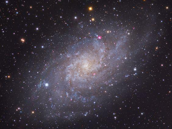 La pequeña constelación septentrional Triángulo alberga la magnífica galaxia espiral M33, conocida popularmente como la galaxia del Molinete o, simplemente, la galaxia del Triángulo. M33 tiene un diámetro de más de 50.000 años luz y es la tercera galaxia más grande del Grupo Local de galaxias tras la de Andrómeda (M31) y de nuestra Vía Láctea.