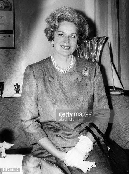 Begum Aga Khan *-+(eigentlich Yvette Blanche Labrousse)Indisch-franzoesische Fuerstin, Frankreich4. Ehefrau von Aga Khan III.- Halbportrait- 1966