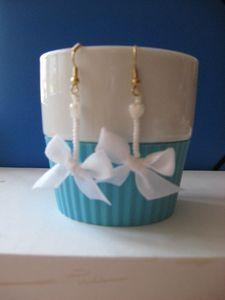 petit ruban, petites perles, un peu de colle de serviettage pour solidifier le ruban et voilà des boucles d'oreilles à assortir à la couleur de ses habits