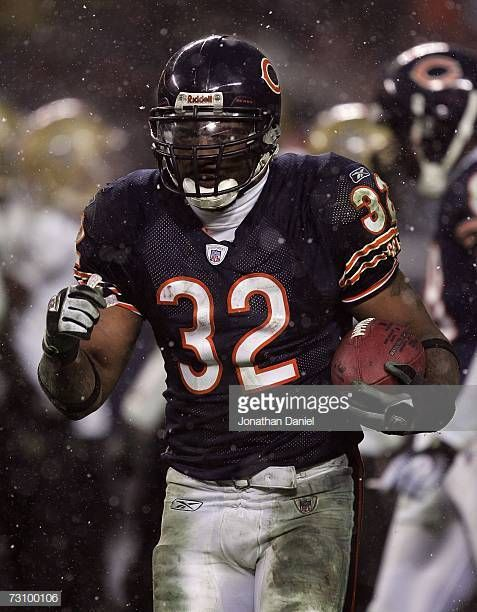 Running Back Cedric Benson Of The Chicago Bears Is Seen On The Field Chicago Bears Football Chicago Bears Running Back