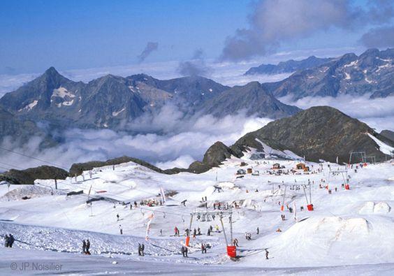 Au coeur de l'Oisans, Les 2 Alpes proposent de quoi assouvir sans contraintes son appétit de grands espaces, de nature, de glisse, de loisirs, de fête et de farniente.
