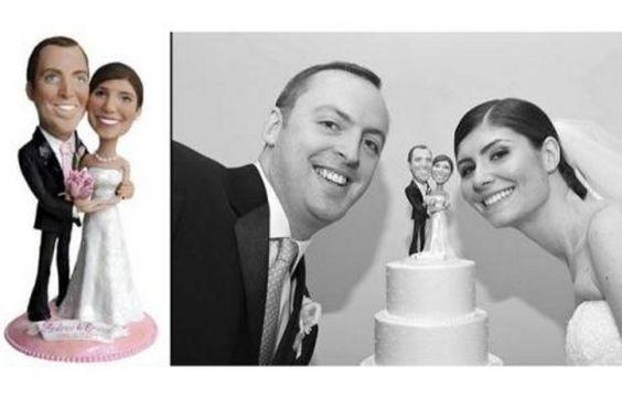 Un couple de jeunes mariés et leur figurine sur la pièce montée