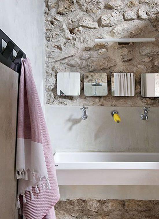 Reforma Baño Con Microcemento:reforma #baño #rústico con pared de piedra, pared de microcemento