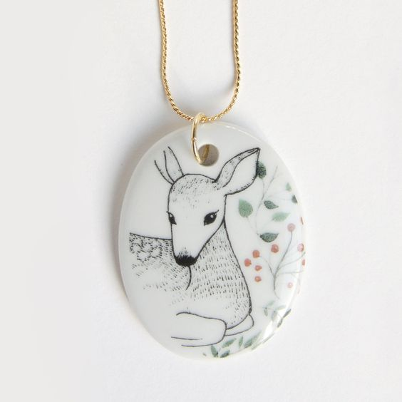 Colgante de porcelana blanca de alta calidad perteneciente a nuestra colección Wild Things. Tamaño del óvalo de porcelana: 4,3 x 3,2 cmLargo aproximado de la cadena: 24 cm