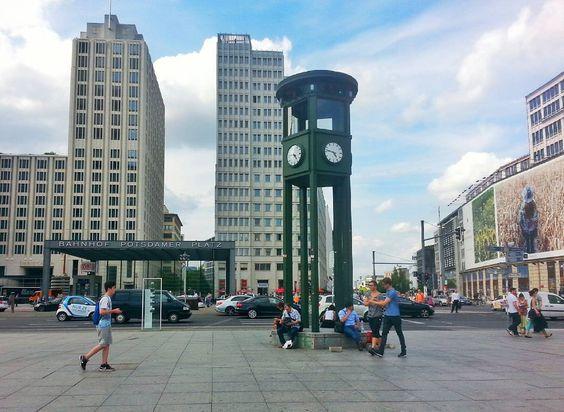 Um país. Algumas saudades...  #potsdamerplatz #bahnhof #berlin #countdown #12 #tbt #primeirosemaforodaeuropa #replica #saudadediaria #germany #berlinstagram by bacvidal