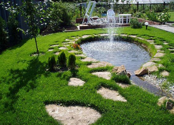 Bassin de jardin asym trique avec jet d 39 eau et pas japonais pelouse et plage en bois massif for Bassin avec jardin japonais