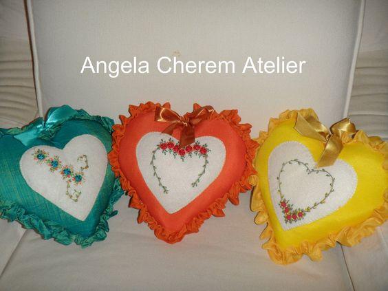 https://flic.kr/p/bdgPdM | Almofadinhas de coração com bordados a mão | angelacherem@hotmail.com