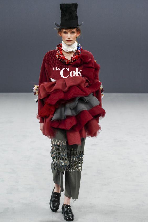 Viktor & Rolf Fall 2016 Couture Fashion Show - Lena Hardt Look 1 Jammer die COKE schrift want ik houd alles behalve die stomme zin!