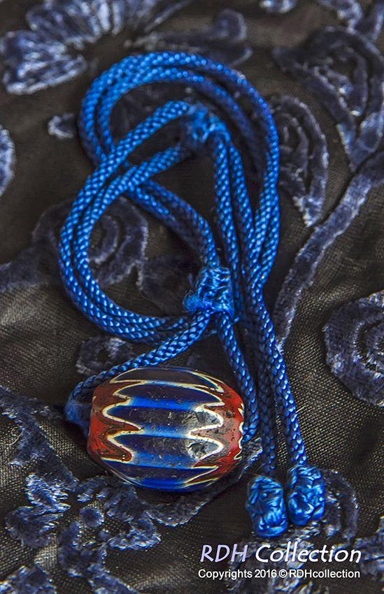 Antieke blauwe chevron kraal (Bakim-Mutum in het Hausa) 3,2 cm, 16/17e eeuw. Ook wel de aristocraat onder de kralen genoemd.  Huge antique blue chevron bead. (Named Bakim-Mutum in Hausa) 1,2 inches, 16/17th century. Called the aristocrat of beads!