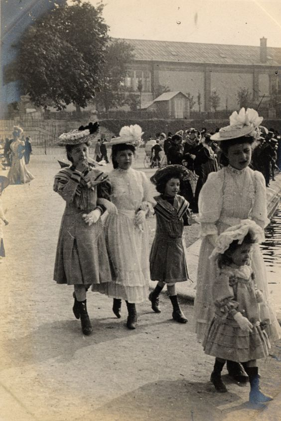 Paris, Tuileries Gardens, 4th June 1906. These outfits were probably not for the poor.