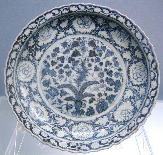 Plato de porcelana azul y blanco con decoración floral. Dinastía Yuan…