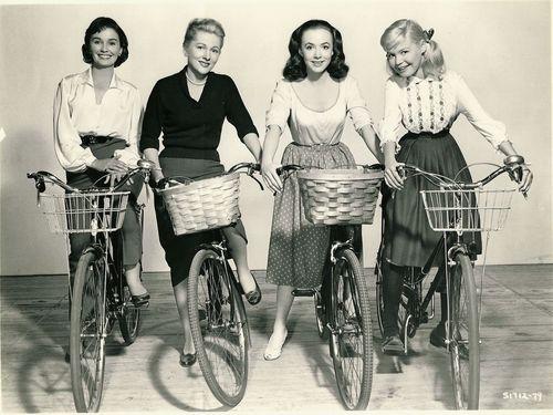 Jean Simmons, Joan Fontaine, Piper Laurie e Sandra Dee andam de bicicleta.  (E Sandra Dee tenta não perder a cabeça.)