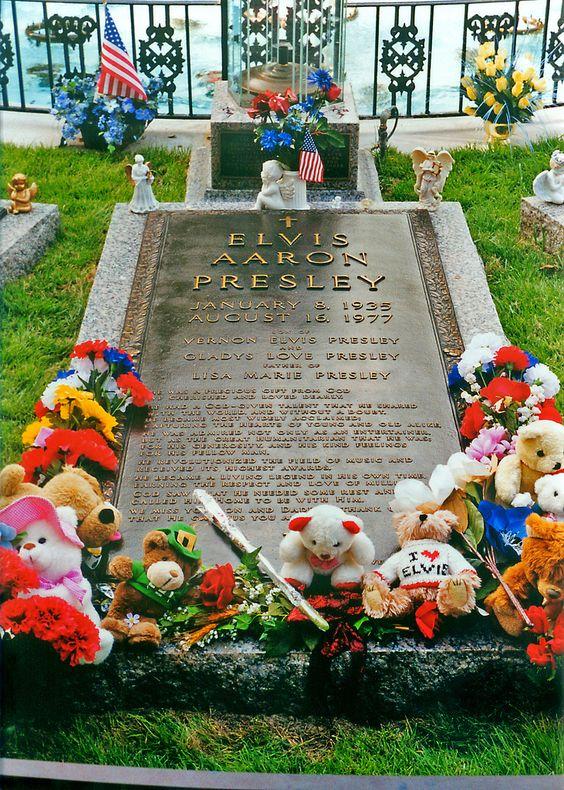 Elvis Presley - Elvis Aaron Presleynota 1 (East Tupelo, 8 de janeiro de 1935 — Memphis, 16 de agosto de 1977) foi um famoso músico e ator norte-americano, mundialmente denominado como o Rei do Rock. É também conhecido como Elvis The Pelvis