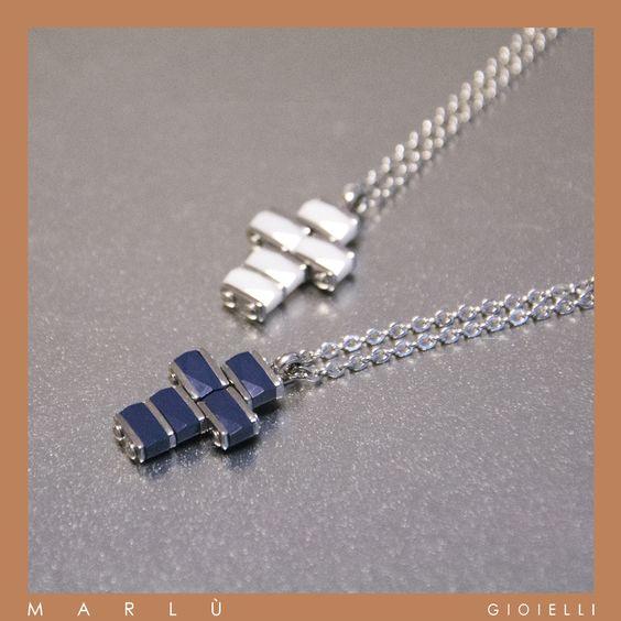 Catena in acciaio con croce in ceramica bianca e blu della collezione #ManClass. Steel chain with cross with blue e white ceramic. #ManClass collection