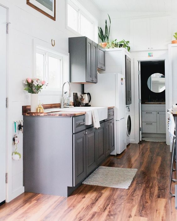Tiny house, HUGE style! @kellychristinesutton definitely didn't compromise on design while building her #goldentinyhouse. Take the tour of her home by heading to the link in our profile. #tinyhouse #tinykitchen #kitcheninspo #josskitchencrush