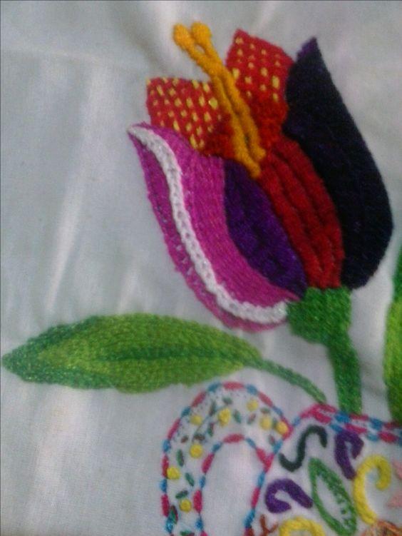 Tulipán. Bordado fantasía mexicano.