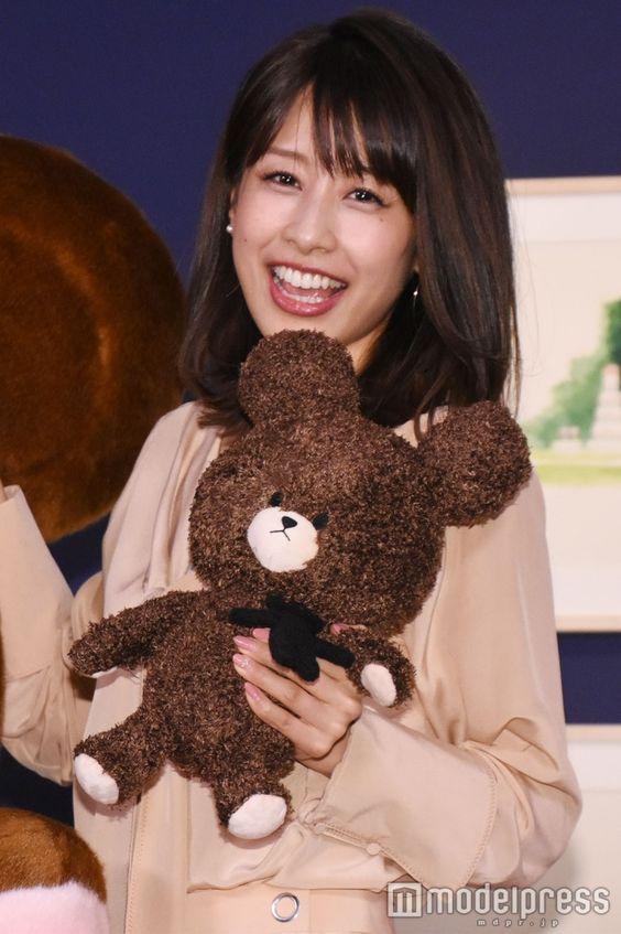 ぬいぐるみを持つ加藤綾子