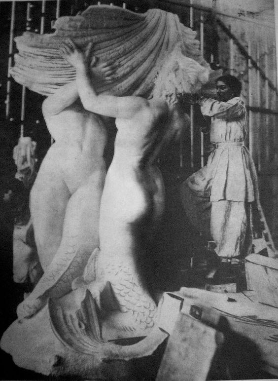Lola Mora esculpiendo la Fuente de las Nereidas, 1903.