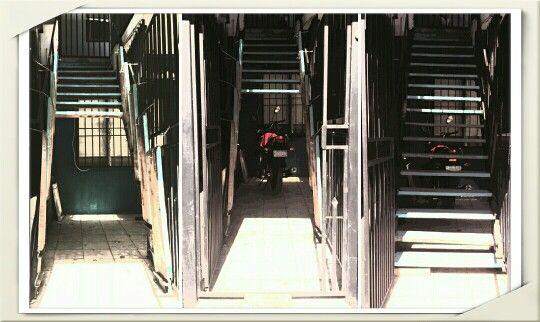 Usando el espacio bajo las escaleras. Peldaños abatibles con bizagras, ganchos y cadenas. Improvisando parqueo para la moto.