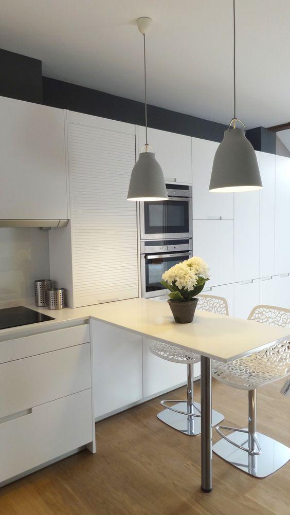 Una cocina compuesta por frentes en l con una c moda barra - Cocinas con barra ...