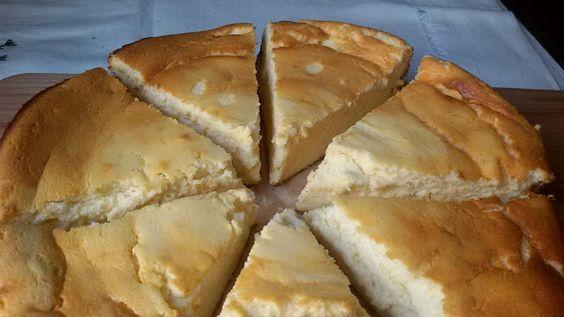 Esta tarta de queso la tenía pendiente desde hace mucho. He aprovechado que tenía queso batido light en el frigorífico y la he preparado con ese queso y unos yogures griegos. Puedes usar el queso entero, si lo prefieres, pues cuanta más crema tiene el queso, más rica te va...