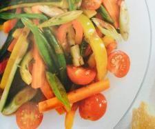 Recette Légumes variés en marinade par sandangelau - recette de la catégorie Accompagnements     1 poivron rouge, coupé en lanières 1cm     1 poivron jaune, coupé 1cm     150 g carottes, coupés de la même façon     2 courgettes, sans la chair pale au centre     3 oignons nouveaux     150 g haricots verts, cuits à la vapeur ou à l'eau 15 à 18 mn au varoma     4/5 tomates cerise  marinade      30 g huile olive     1 c. à soupe sucre     1 c. à café bombée sel, poivre     50 g eau     3 c. à…