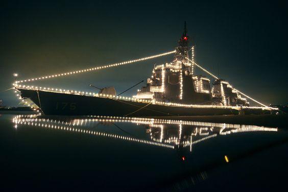 光っている護衛艦