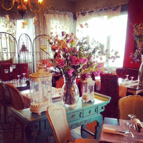 Franse romantiek in Istanbul Dit hadden we niet verwacht toen we de vijfde etage betraden van de hippe restaurant-bar '5.kat'. Het interieur heeft authentieke baroc meubels, chique accessoires en bloemen waardoor het de romantiek ademt die we kennen uit Parijs. Prachtige volle blos met bloemen in een #brocante #interieur #romantic #interior #vintage #baroque #furniture #flowers