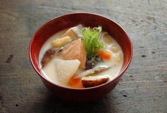 ■粕汁 誰もが馴染みのある粕汁。 お出汁を取ってお味噌と合わせて溶かすだけ。 日本人のソウルフードですよね。