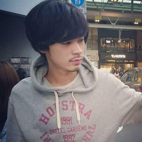 パーカーを着ている成田凌のかっこいい高画質画像