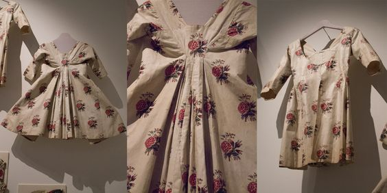 Two chintz jackets made of the same fabric (India, 1775-1800). The naturalness of the roses shows how the Indian fabric printers were influenced by European taste. Chintz made in India, but for the European market. Collection page: https://www.modemuze.nl/collecties/sitsen-vrouwenjak-met-roosmotieven-op-witte-grond-en-contouren-zwart-en-rood