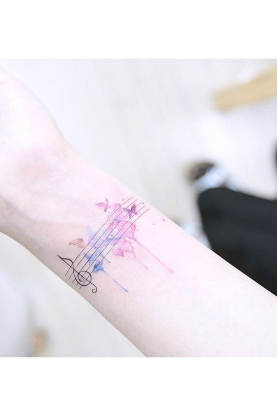 Tattoos in Wasserfarben-Optik erobern jetzt die Tattoo-Szene. Entdecken Sie die schönsten Watercolor-Tattoos - vom Einhorn bis zum Eisbecher.