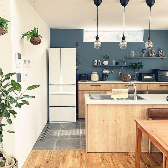 3LDKで、家族の、ペンダントライト/飾り棚/ディスプレイ棚/アクセントクロス/ナラ/オークについてのインテリア実例。 「うちのキッチンの床は...」 (2020-01-31 22:01:53に共有されました)