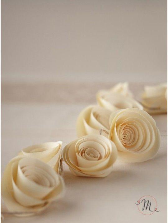 Ghirlanda fiori rose di carta. Ghirlanda in carta formata da 15 eleganti fiori color crema.  Ideale da appendere.  Lunghezza: 1.5 mt. Sconti incrementali. In #promozione #matrimonio #weddingday #wedding #ricevimento #insegne #decorazioni #luci #banner #illuminatedsigns #decorations #lights
